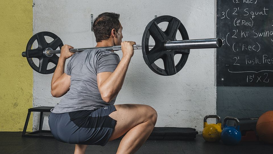 Los codos dirigen el squat