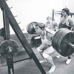Arnold dice; la sentadilla comienza en los pies